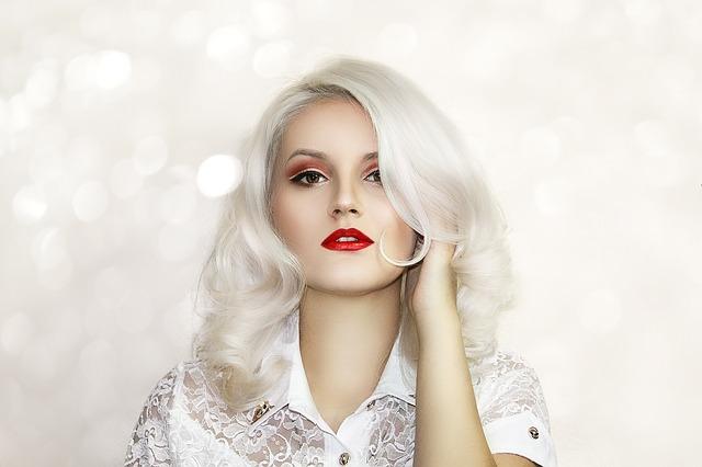 髪を染めた女性の画像
