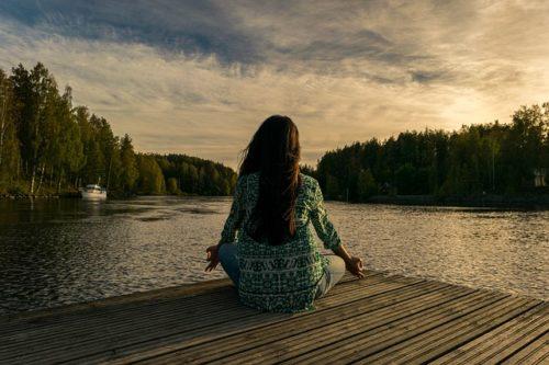 水辺で瞑想