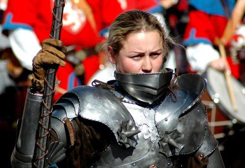 鎧を着た女性